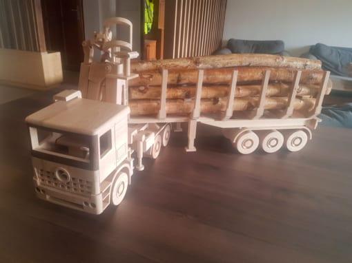 Dřevěný model auta